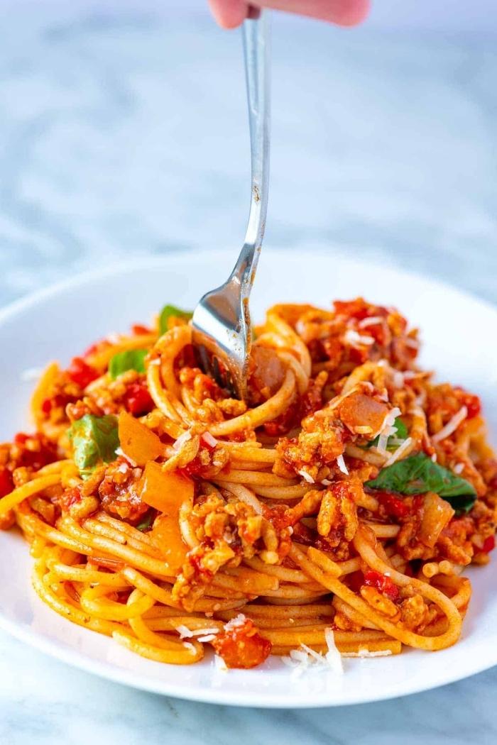 rezepte für kinder mittagessen, pasta mit tomatensoße, käse und zwiebel, was soll ich heute kochen