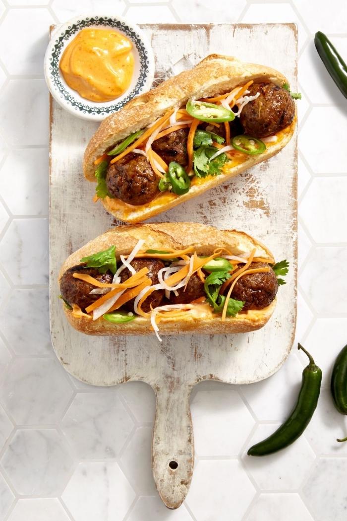 rezepte für kinder mittagessen, sandwiches mit wurst und grünem paprika garniert mit geriebenem käse