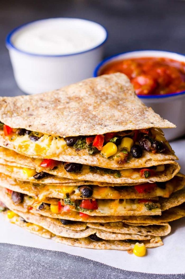 rezepte für kinder mittagessen, tacos mit schwarzen bohnen, mais, paprika und käse