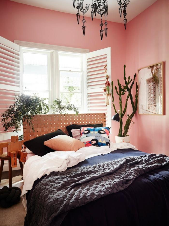 Pastell rosa Wandfarbe, Schlafzimmer mit blauen Bettwäschen, verschiedene und bunte Kissen, Farbe für Wand in altrosa, Kaktusbaum als Dekoration