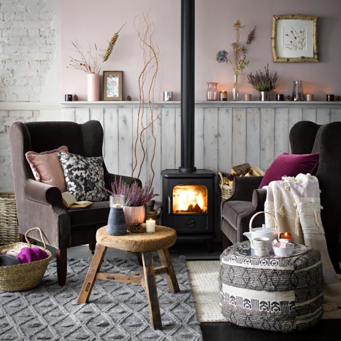 Gemütliche EInrichtung eines Wohnzimmer mit Kamin, zwei Sessel in braun, Farben für Wohnzimmer Tipps, Wandfarbe altrosa