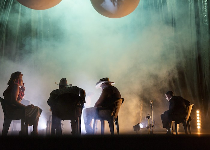 schauspiel leipzug zum berliner theatertreffen eingeladen, süßer vogel jugend,eine frau und männer auf der bühne