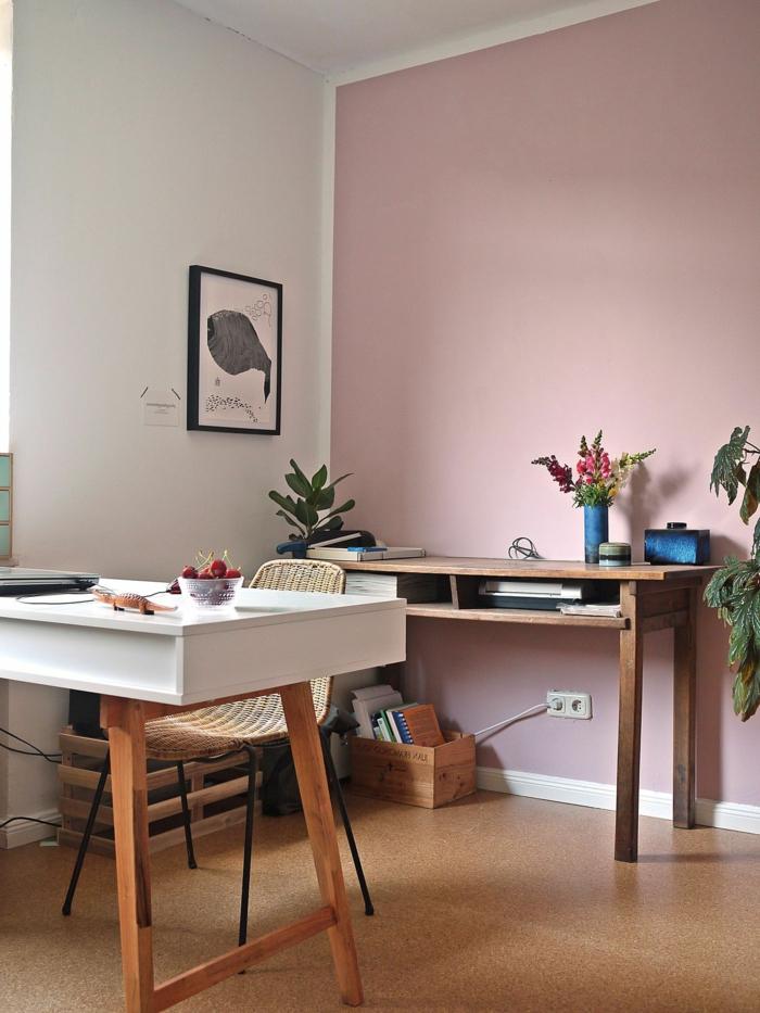 Schlafzimmer altrosa mit zwei Schreibtische aus Holz, eine weiße- und eine rosafarbene Wand mit einem Bild von einem Fisch, blaue Accessoires