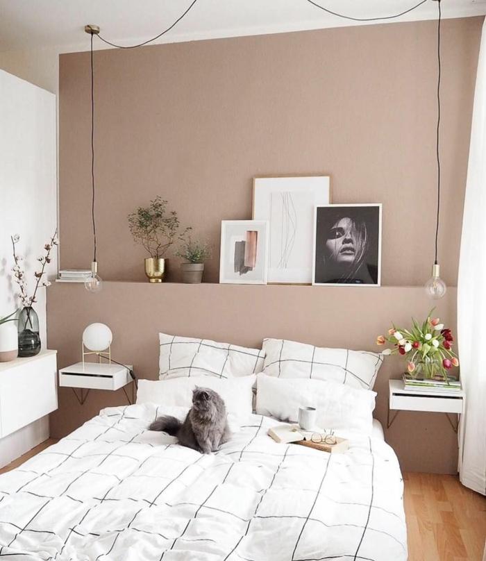 Mischfarben für Wände, moderne Pedelleuchte, großes Bett Bettwäsche in weiß, schwarz weiße Fotografie, graue Katze auf dem Bett