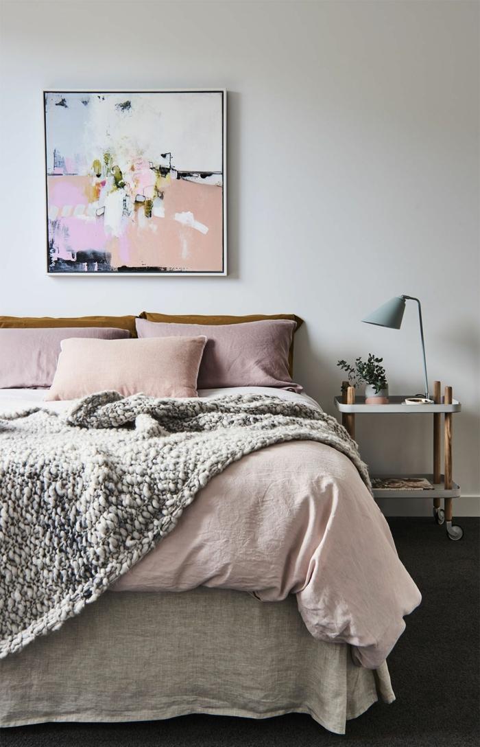 Großes Schlafzimmer und Bettwäsche in rosa Töne, Abstraktes Gemälde in rosa und ocker, Lampe in grau. Welche Farbe passt zu rosa