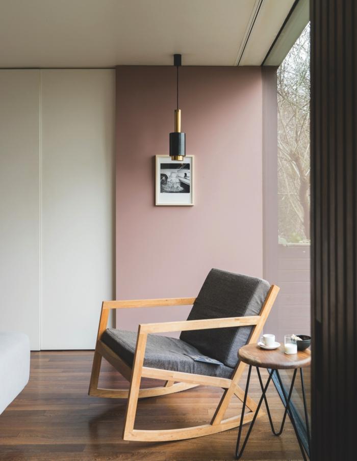 Passende Farbe zu rosa, moderner Stuhl in grau, Wandfarbe altrosa, kleiner runder Tisch mit Holzplatte, schwarz weißes Bild an die Wand
