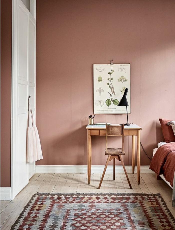 aktuelle Wohnraumfarben in altrosa, Kleiderschrank in weiß, Schreibtisch und Stuhl aus Holz, Bettwäsche in rosa Farbe
