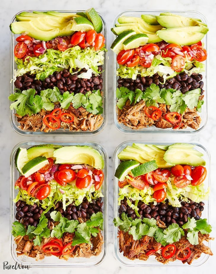 schnelle gerichte für jeden tag, essen für arbeit, fleisch mit schwaren bohnen, kraut, tomaten und avocado