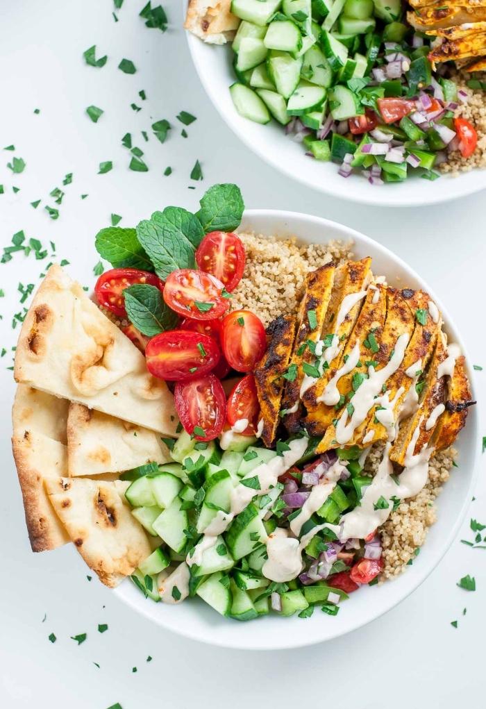schnelle gerichte mit fleisch, gegrillte hänchenbrust mit salat aus tomaten und gurken