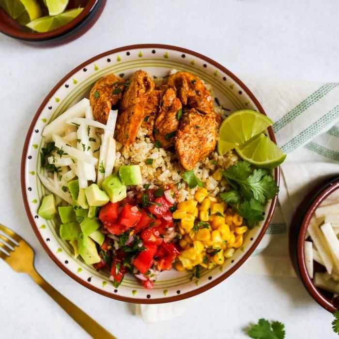 schnelle gerichte mit fleisch, gesund kochen, einfache kochideen, reis mit avocado, tomaten, mais