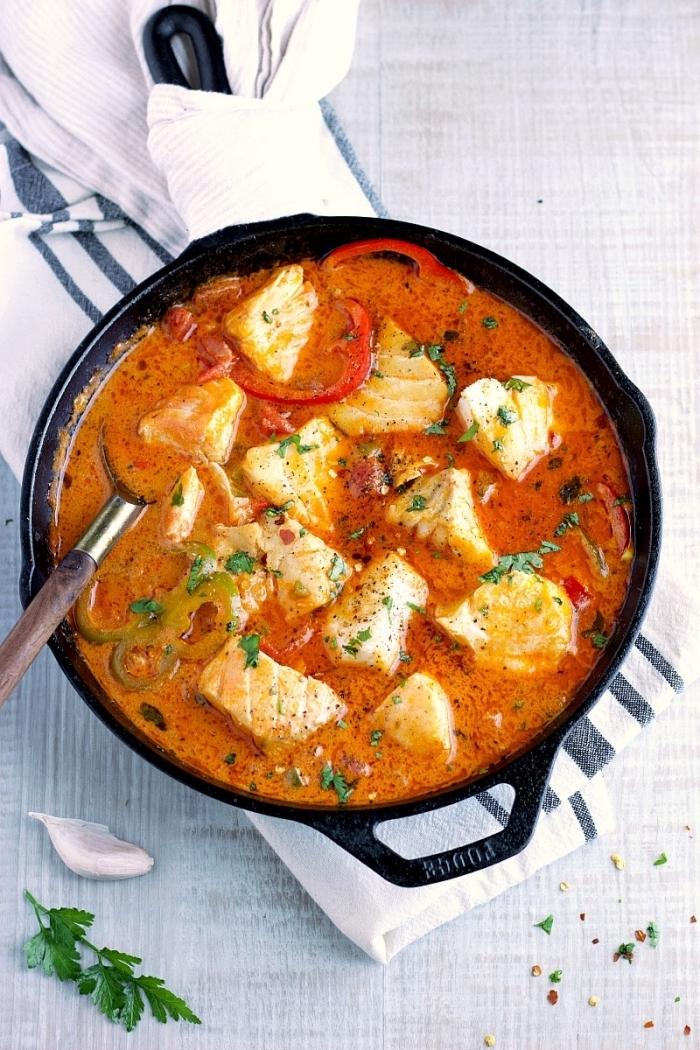 schnelle gerichte mit fleisch, hänchenbrust mit soße mit tomaten, paprika und kräutern