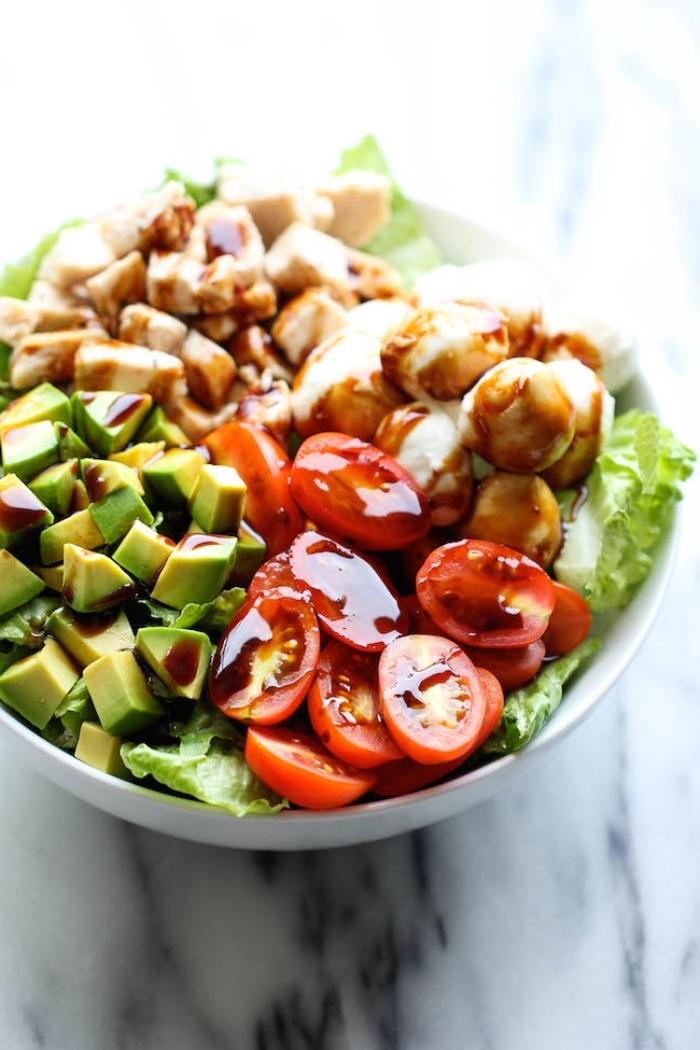 schnelle gerichte mit fleisch, hänchenbrust mit cherry tomaten, avocado und soße