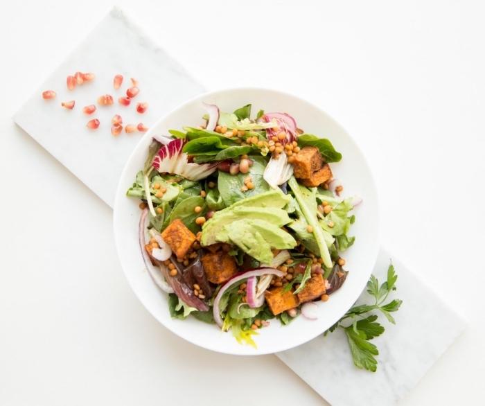 schnelle rezepte mittagessen, healthy bowl mit avocado, kürbis und spinat, gesund essen