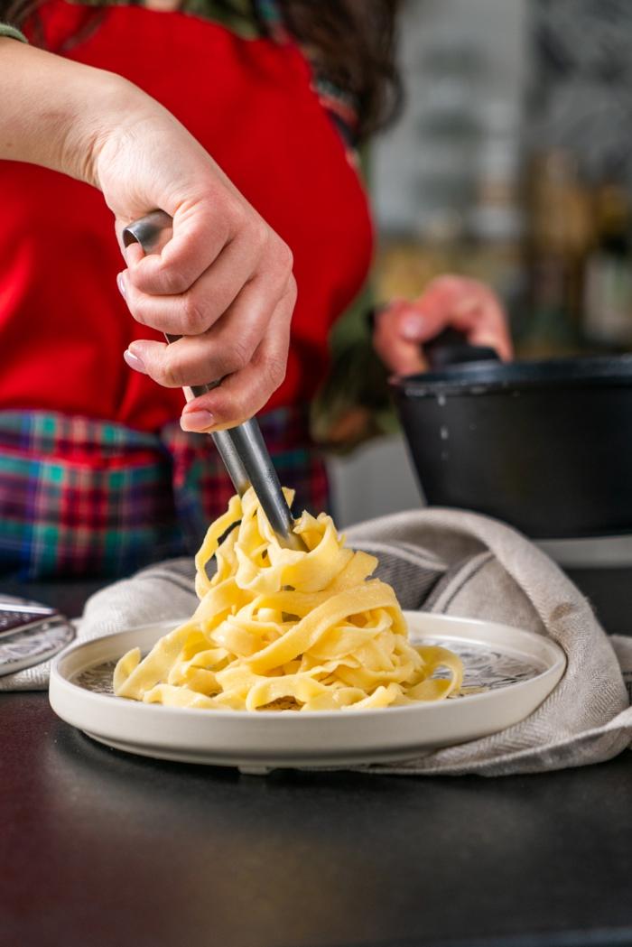 schnelle rezepte mittagessen, pasta kochen, schritt für schritt tagliatelle selber machen