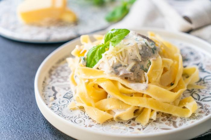 schnelle rezepte mittagessen, pasta mit knoblauch soße garniert mit parmesan und basilikum