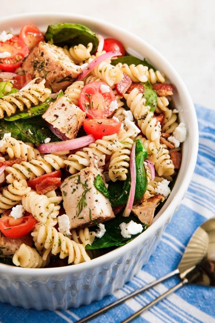 schnelle rezepte mittagessen, pasta salat mit cherry tomaten und basilikum, ziegenkäse