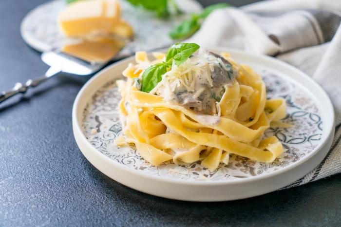 schnelle rezepte mittagessen, selsbtgemachte pasta, tagliatelle mit champigong soße