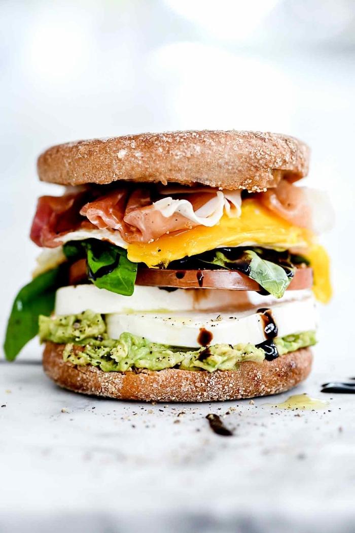 schnelles einfaches mittagessen für kinder, sandwich mit mozzarella, cheddar, prosciutto