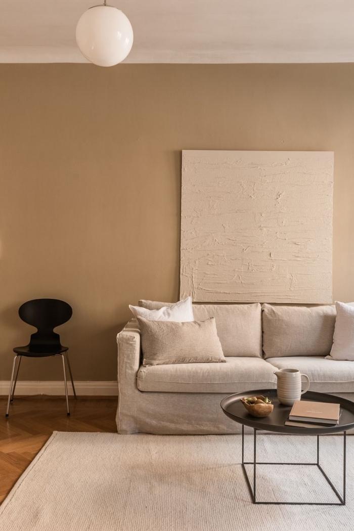 schöne wandfarben, einrichtung in cappuccino, runde leuchte, wohnzimmer gestalten