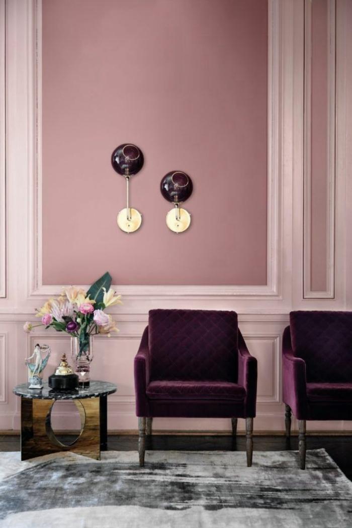 Wand in rosa Farbe, zwei Sessel in burgundenroter Farbe, Teppich in verschiedene graue Töne, welche Farbe passt zu rosa