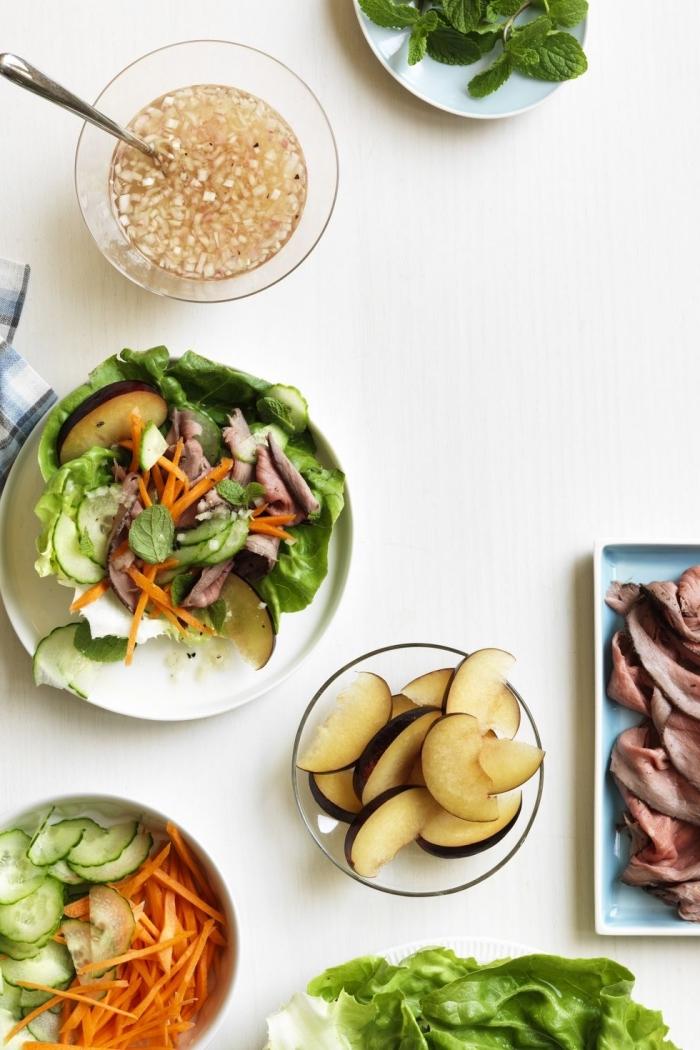 soße für wraps, gesund kochen, low carb tacos mit salatblättern u d füllung aus gemüse und äpfeln