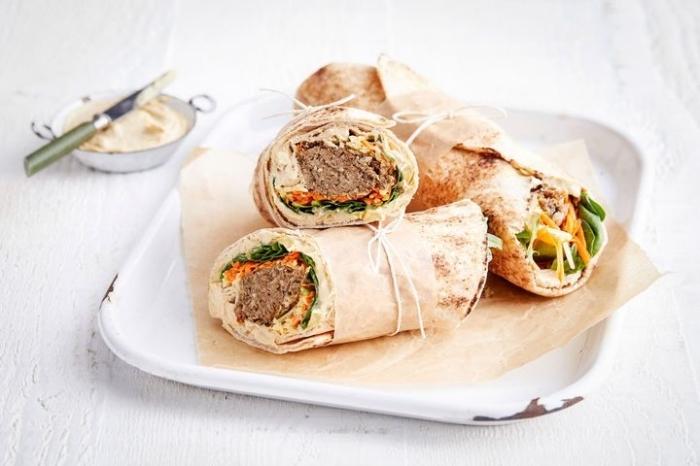soße für wraps mit knoblauch, mittagessen ideen, burittos mit wurst, parmesan und cheddar