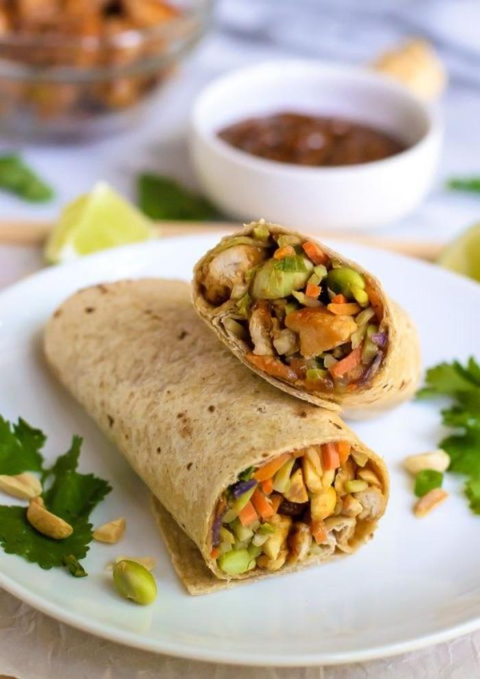 mittagessen ideen, soße für wraps, tortillas mit hänchenfleisch, mais und erdnüssen