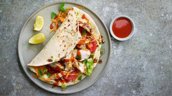 soße für wraps, tortilla mit füllung aus hänchenfleisch, karotten, tomaten und käse