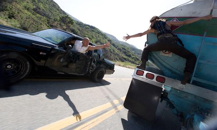 die schauspielerin michelle rodriguez und vin diesel, ein lkw und ein auto, mann und frau, eine szene aus dem film fast and furious