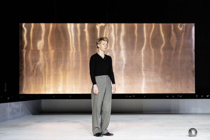 frau mit einem schwarzen pullover und grauer hose, berliner theatertreffen, frau mit blondem haar
