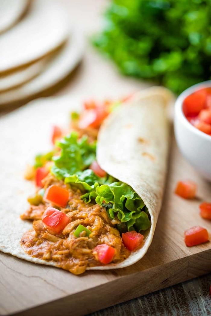tortillas selber machen, einfache zubreitung, wraps mit hänchenfleisch, buffalo soße und cherry tomaten