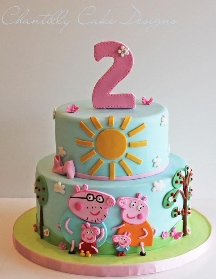 Geburtstagstorte mit Fondant, Wutz Familie, Peppa Wutz und Schorsch, Mama Wutz und Papa Wutz auf Torte, Bäume und große Sonne