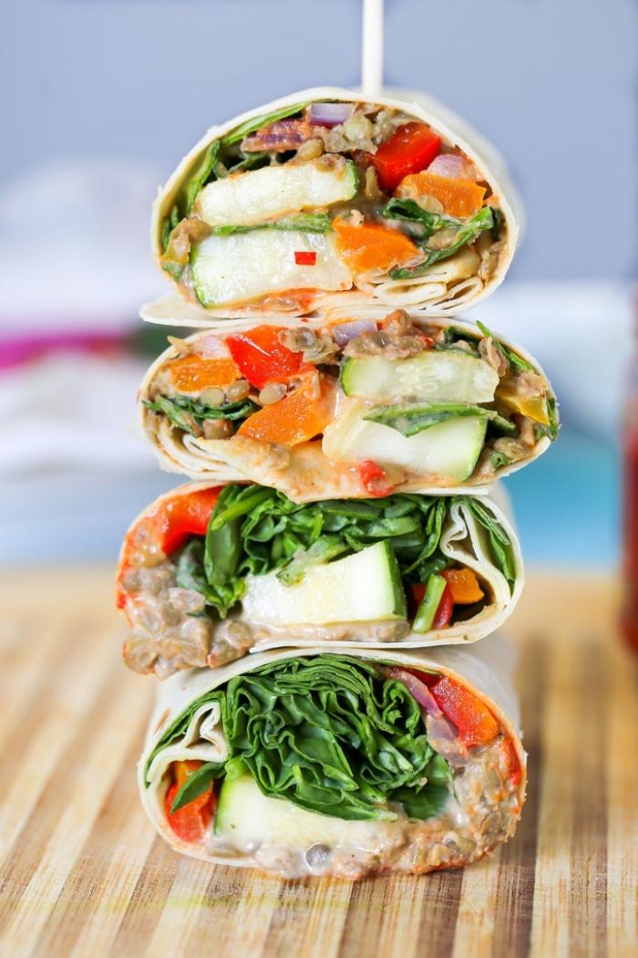 tortillas wraps rezept, leckeres abendessen ideen, burittos mit salatblätter, karoten, gurken und reis
