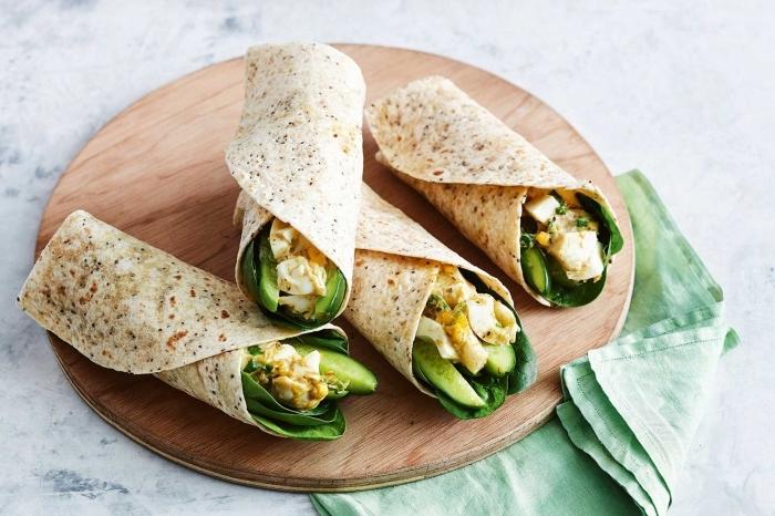 trostillas wraps rezept mit gemüse und eiern, grüne salatblätter, gurken, vegetarisch kochen