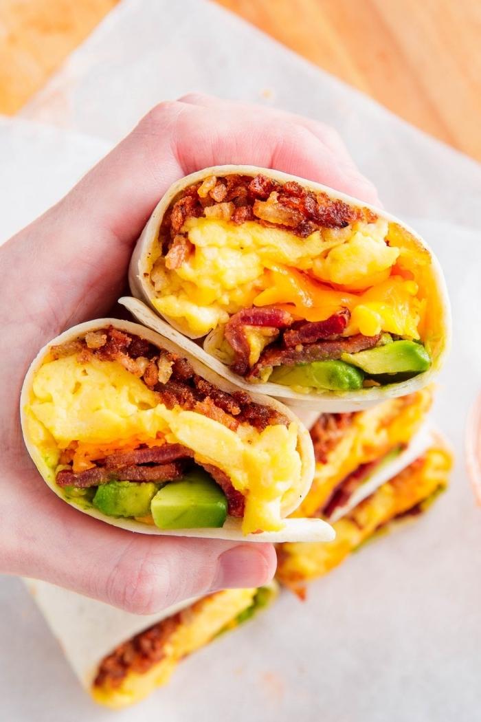 tortilla wraps rezept, gesunde wraps mit eiern, bakon und avocado, frühstücksideen
