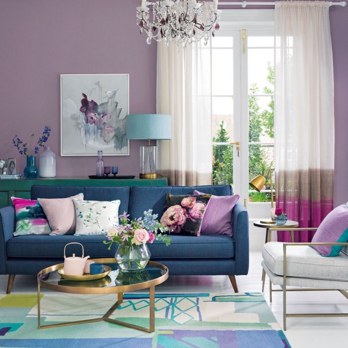 trandfarben 2019 wand, weiße gardinen, wohnzimmer deko, rosa farbakzente, blaues sofa