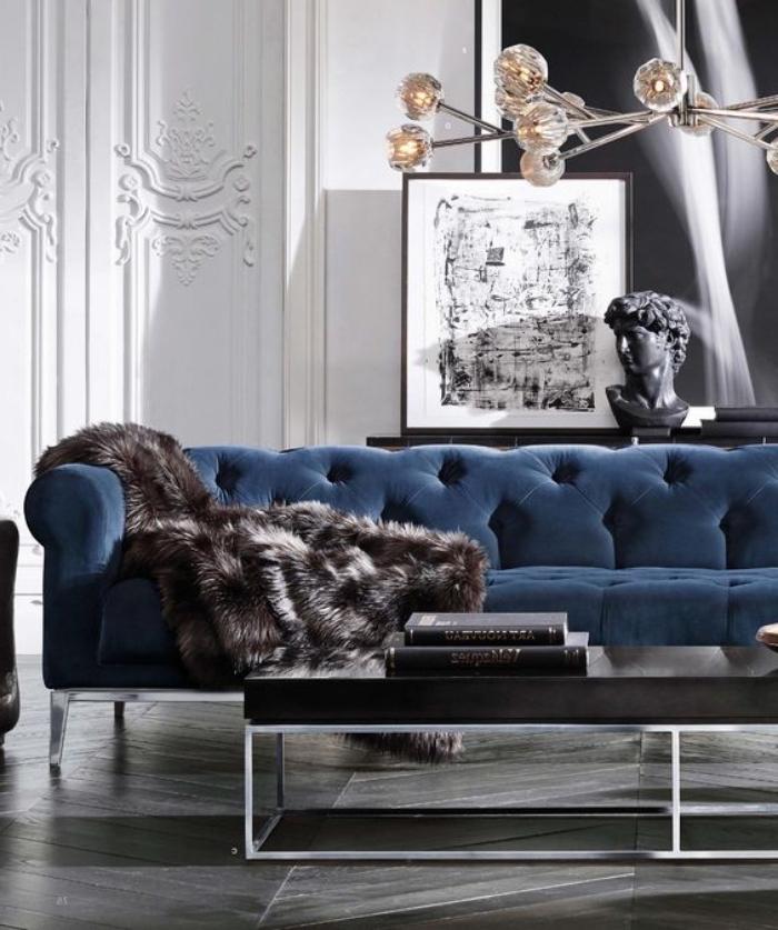 trendfarben 2020, dunkelblaues sofa, weiße wände, schwarzer kaffeetisch, desginer möbel
