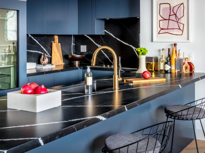 trendfarben 2020, küche einrichten, dunkelblaue küchenschränke, elemente aus messing, kocplatte in marmor optik