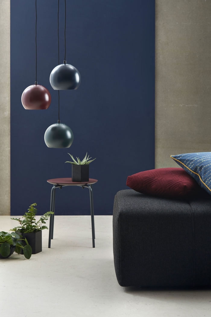 trendfarben 2020, wände streichen, dunkelblaue wand, dunkelrote farbakzente, wohnzimmerdeko