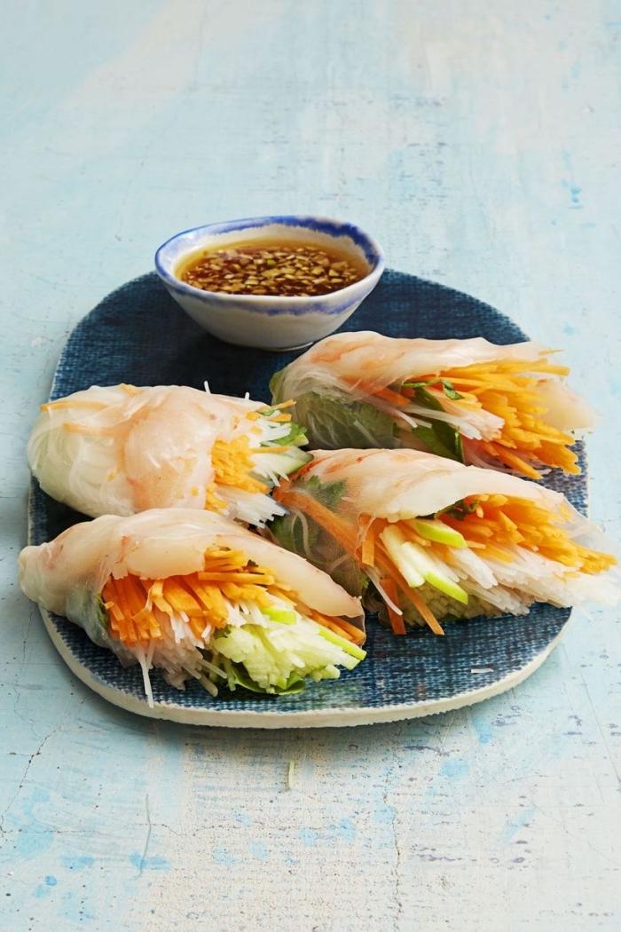 vegetarische wraps mit japanishcer soße, füllus aus karotten und selerie, frühlingsrollen