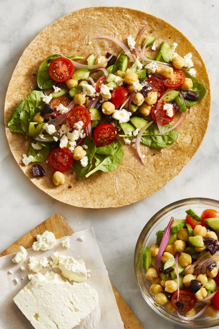 vegetarische wraps mit cherry tomaten, ziegenkäse, kichererbsen und gurken, gesund