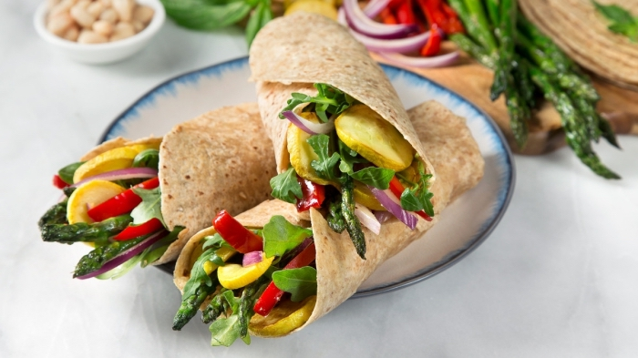 vegetarische wraps mit spargeln, rotem und gelbem paprika und kartoffeln, essen fürs büro