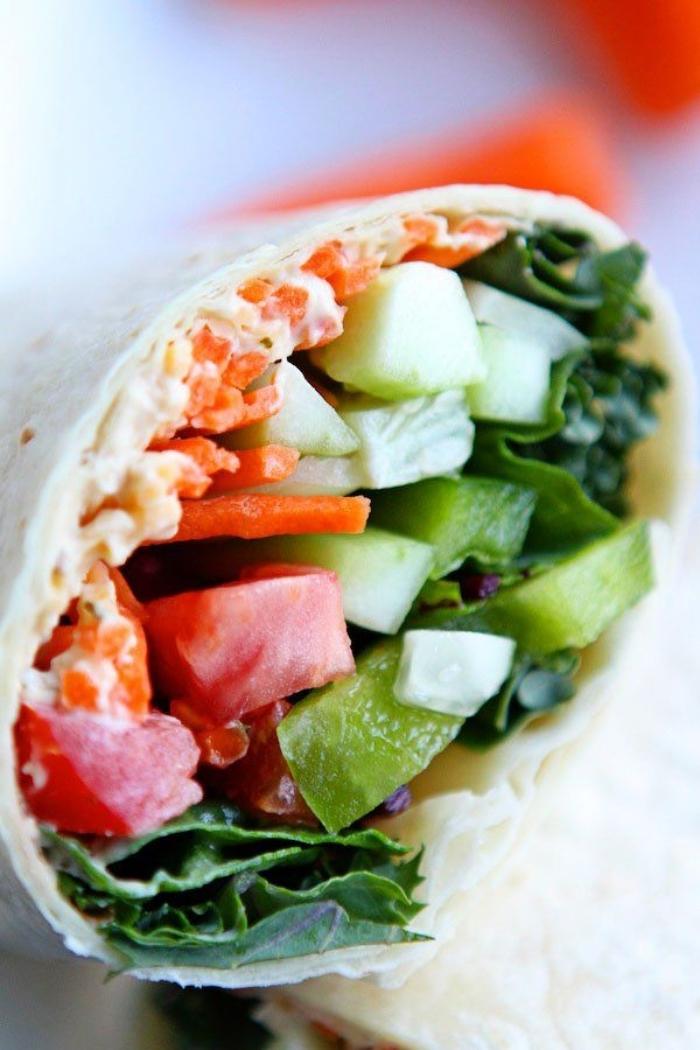 vegetarische wraps rzeept mit tomaten, kurken, karotten und creme soße, kochen ohne fleisch