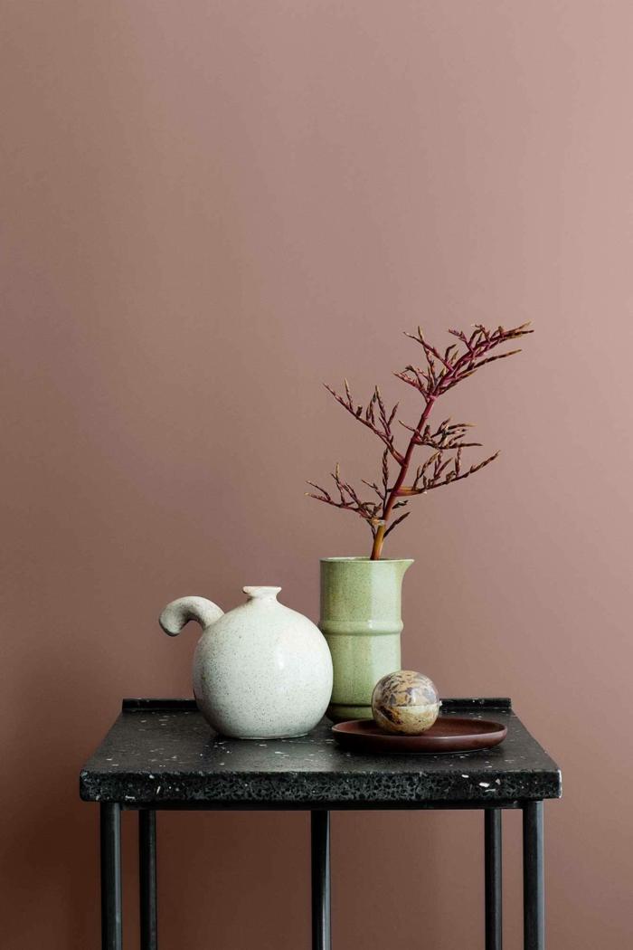 Schlafzimmer altrosa, schwarzer Tisch mit Dekoration, Vase in hellgrün und Teekanne in weiß, rosa Farbe