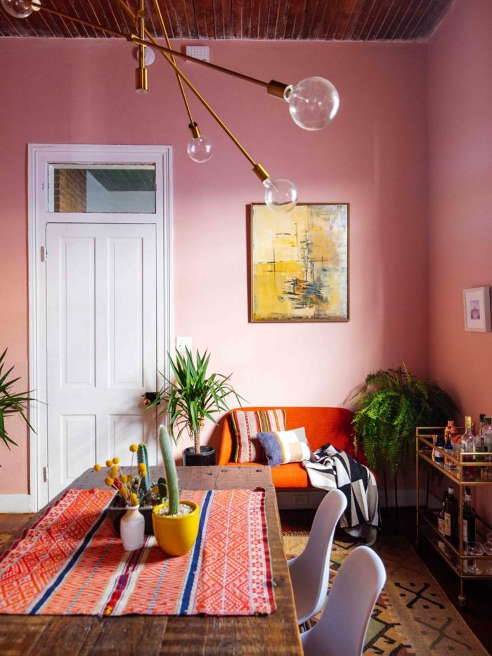 Passende Farbe zu rosa, Wohnzimmer Einrichtung in rosa mit gelben Töne, kleiner Sessel in orange, bunte Tischdecke
