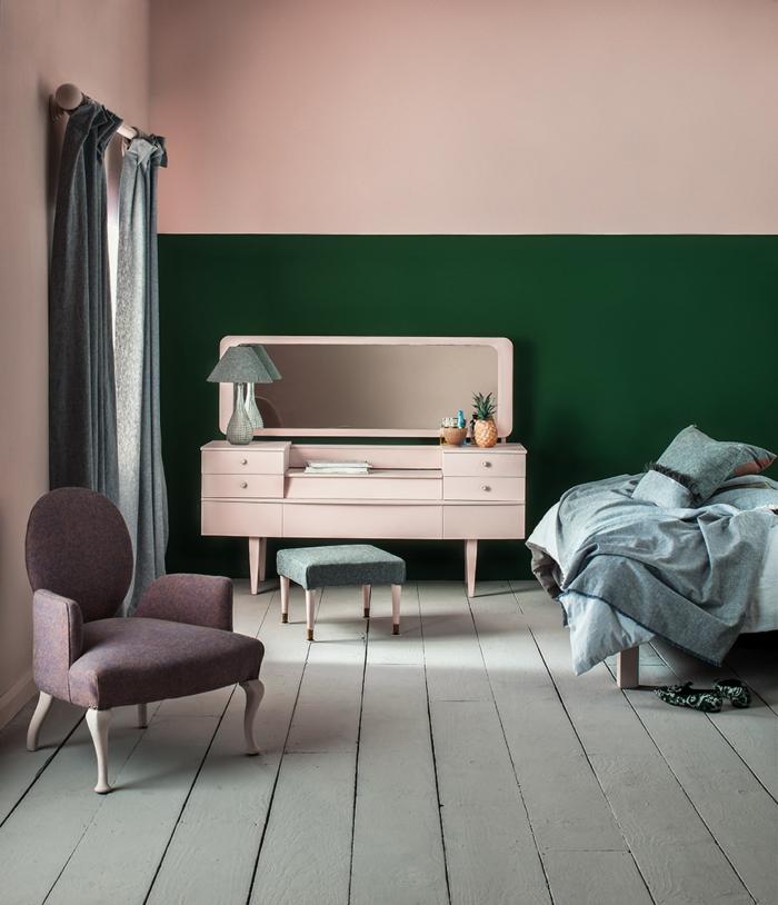 Aktuelle Wohnraumfarben, Wand gefärbt in zwei Farben altrosa und grün, Schreibtisch in altrosa Farbe, kleiner Sessel in lila Farbe, Bettwäsche in grüne Töne
