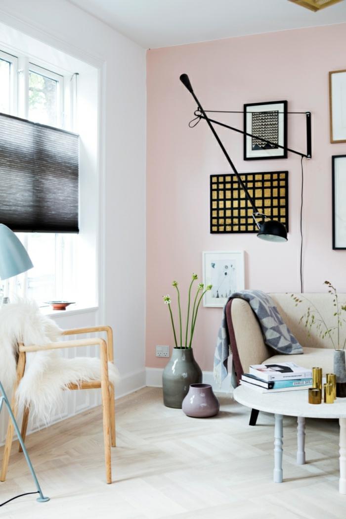 Farbe für Wand in hellrosa, Moderne Bilder an die Wand gehängt, runder Tisch in weiß, Couch in weiß, Stuhl mit flauschiger Decke