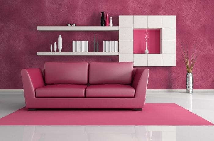 wandfarbe beere, wohnung einrichten, wohnzimmer gestalten in weiß und rosa, trendige farben 2020