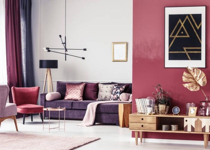 wandfarbe beere, trendige farben 2020, lila sofa, elemente aus holz, wohnzimmer dekoideen