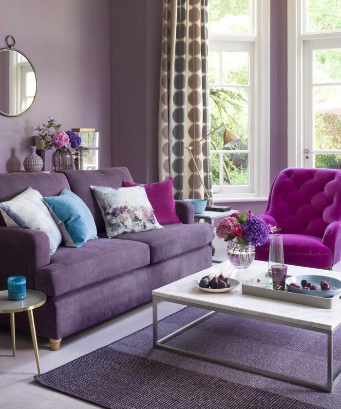 wandfarbe beere, lila sofa, rosa sessel, desginer möbel, weißer kaffeetisch, wohnzimmerdeko